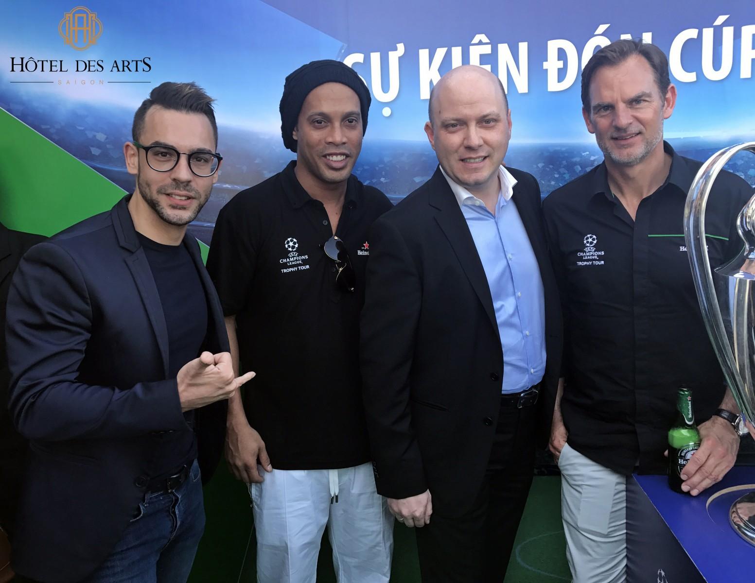 ronaldinho-brought-uefa-champions-league-trophy-to-social-club-saigon