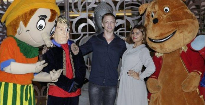 aashka-and-brent-with-characters-of-the-irolic-parade-at-novotel-imagica-khopoli-696x464