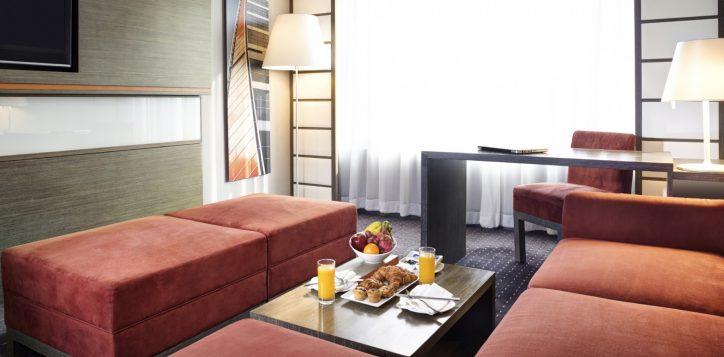 8-roomssuites_suite_sitting_room1